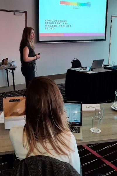 Gastspreker Miranda Kusters tijdens haar inleiding over Buteyko ademhalingstechnieken.